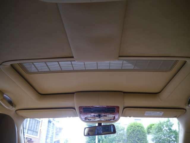 天井もキャメルレザーでスライディングルーフ付き 細かいところにもバーうぉールナットが使われています