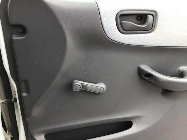手動式ですが、エンジンがかかってなくても開け閉めできるところが便利です!