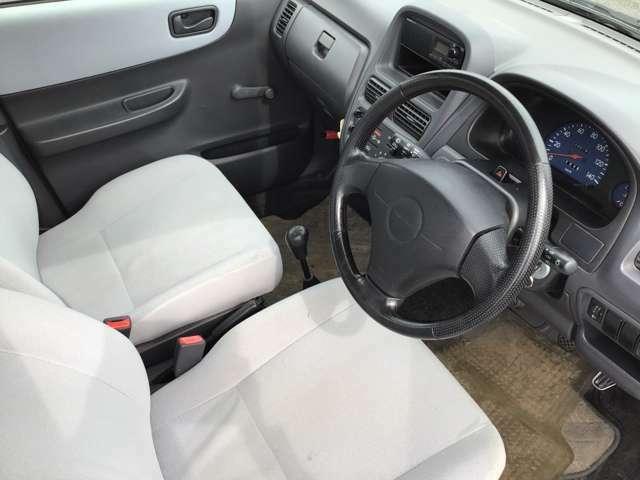 ライトグレーの車内はとても明るくなっていて乗っていて楽しくなりますね!!