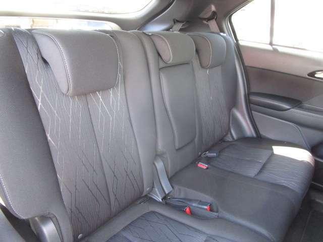 リヤシートは3人掛けです。