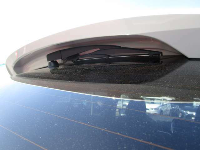 雨の日の後方視界を確保するリヤワイパー付きです。リヤスポイラー下に収納してます。