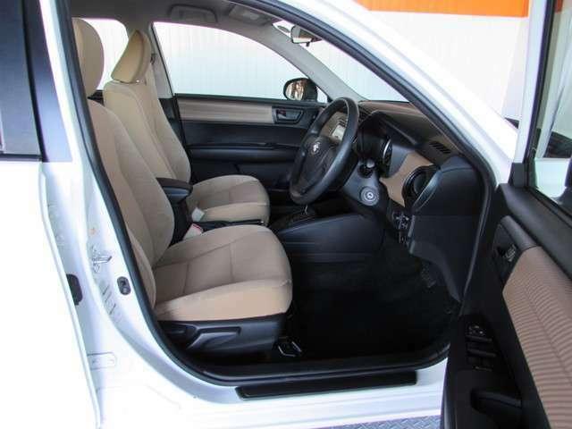 大きく開くフロントドアは乗り降りがしやすく、永年愛される座り心地と運転のしやすさが魅力です。