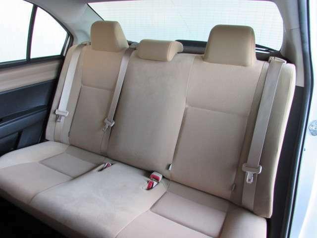 ハッチバックやミニバンとは違う、セダンの上質な座り心地を体感できる後席シート。