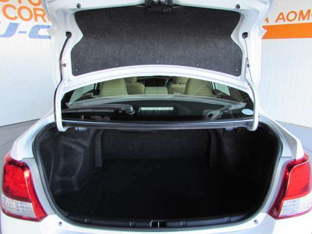 コンパクトカーですが、トランクを開ければ結構荷物が積める余裕のスペースです!