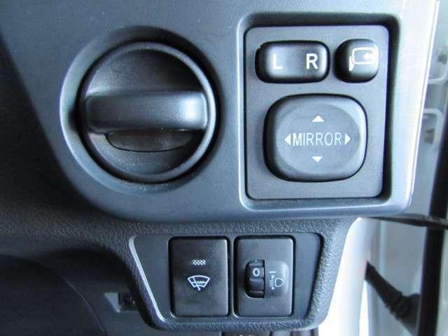 ドアミラーの調整・狭い道に駐車する時も安心の格納スイッチ、ヘッドライト照射位置の上下を運転席で調整できるレベリングスイッチと寒冷地の必需品ウインドシールドデアイサー。