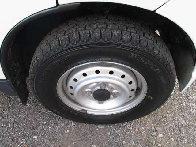 タイヤ溝の残数が1.6ミリ以下になるとスリップサインというタイヤ溝の限界を示すサインが出ますが、こちらはタイヤ溝もまだまだございます。