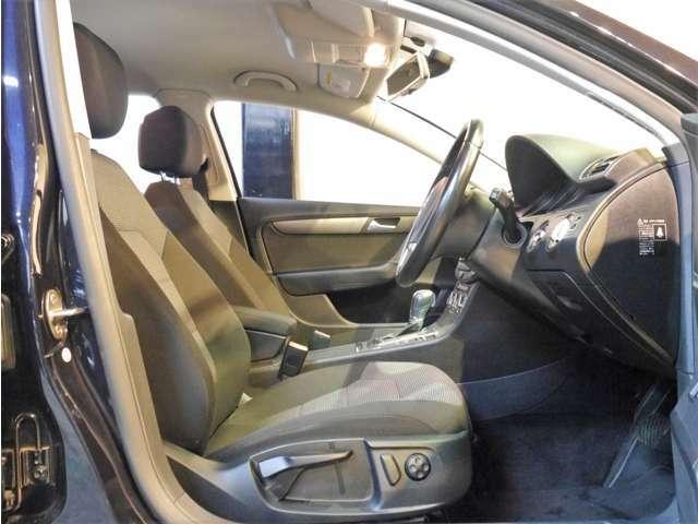 ●運転席はパワーリクライニング&電動ランバーサポートとなります♪内外装共にクリーニング済みでとても綺麗な状態です♪前後シート、天張りなどにも破れやシミなど有りません。是非お問い合わせください(^^)/
