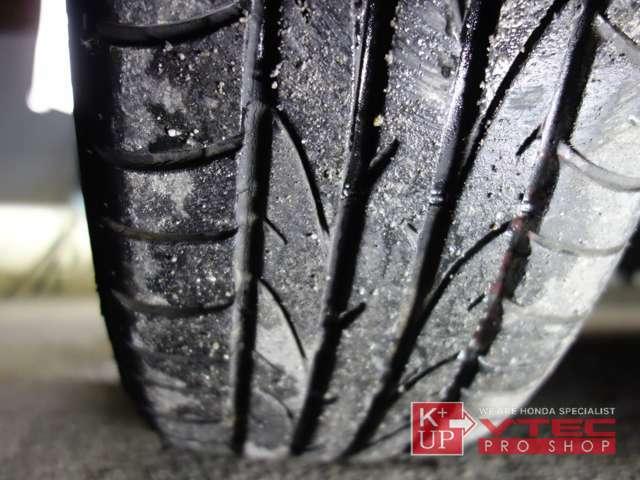 タイヤ溝は十分にありますが、写真のようにひび割れが生じております。タイヤ交換やシーズンタイヤもお任せください。車両コンディションに関するご質問、ご来店のご予約もお気軽にお問い合わせください!