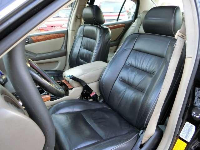 前席左右はトリム違いのシートになってしまっておりますが、アイボリー系のセミバケットシートが似合いそうですね!現状でも1番傷みやすい運転席もこれ程の状態を保っており、前席は左右ともパワーシートで快適!