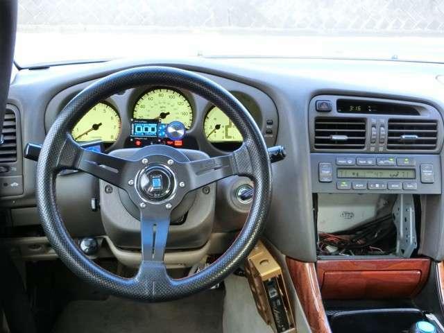 ドライバーにだけアピールしてくるシンプルな仕上がりのドライバーシート!HKS金プロは外観からして新しく、フロントパネルの形状からしてver3.3辺りに見えます。ナルディステア!トラストプロフェック!
