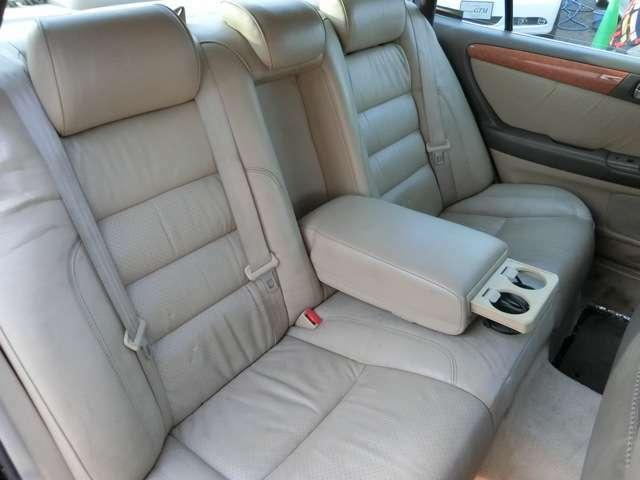 ノーマル然とした後部座席は、アームレストを出すことができ、ドリンクホルダーも装備されていて快適装備を残しつつ、ドリフトタクシーにも使える?!