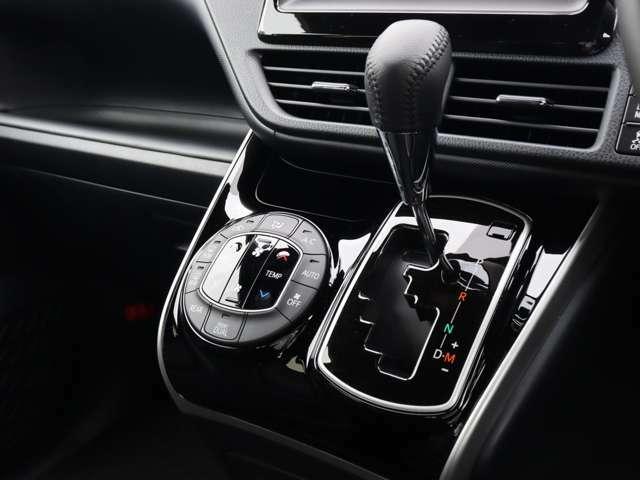 【 左右独立温度コントロール式フルオートエアコン 】運転席、助手席それぞれでの温度調節が可能です!