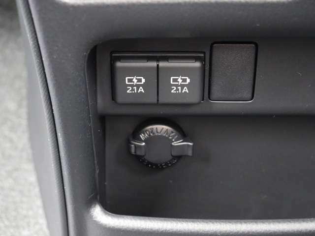 【 充電用USB端子x2 & アクセサリーソケット 】PCやスマートフォンなどの充電が車内で行えますね!