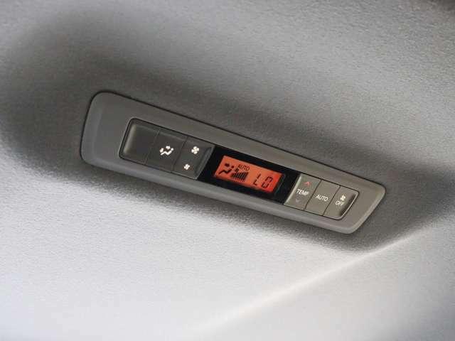 【 特別装備 リアオートエアコン 】後席からでも空調のon/offや温度調節が可能となっております!