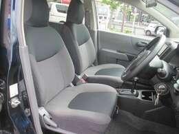 運転席は乗り心地が良く快適にお乗り頂けます!シートリフターやステアリングチルトでシートポジションを設定して運転疲労の軽減をしましょう!