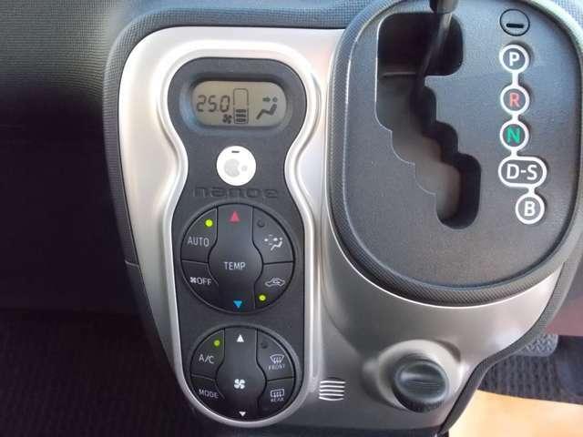 車内を快適温度に保ってくれるオートエアコン装着車。
