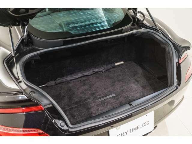 トランクスペースもこのクラスとして十分に確保されており、手荷物などを収納できます。普段使いの実用性も兼ね備えた一台です。目立った汚れや使用感もございません。