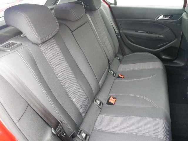 後部座席は目立った汚れもなく、綺麗な状態です。