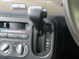 【インパネシフト】シフトノブはインパネに配置されているので、運転席⇔助手席の移動が簡単♪