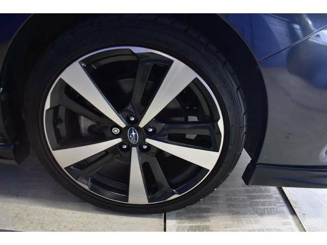 純正18インチアルミホイール付タイヤサイズは225/40R18です。