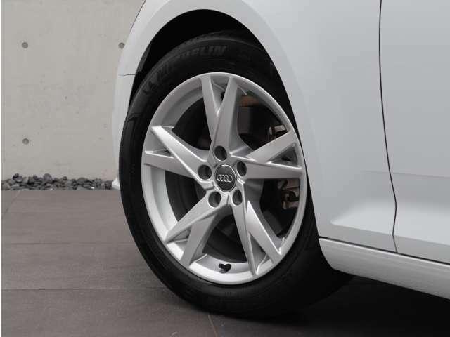 スポーティかつエレガントなデザインの5スポークYデザイン純正17インチアルミホイールが、この車の足元を引き締めます。