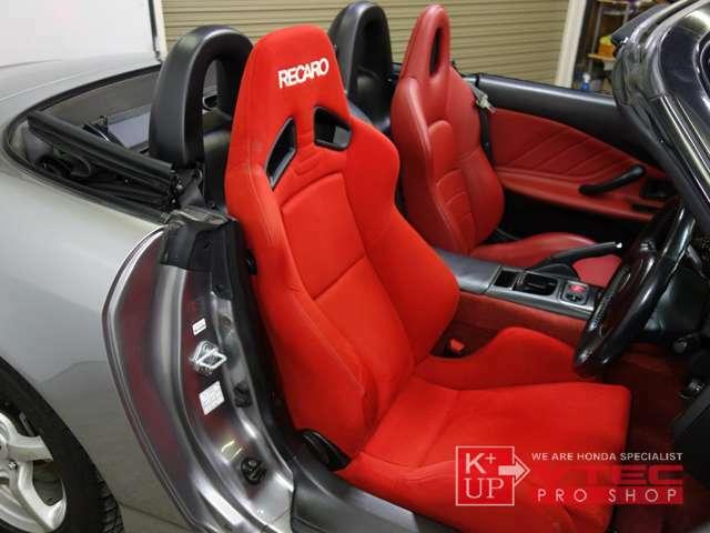 運転席は内装色と合わせた赤レカロシートが装着済みです。滑りづらく、適度なクッション性とホールド感のリクライニングシート。使用感少なくコンディション良好です。