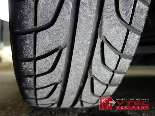 タイヤ溝も十分・ひび割れもございませんが、古めのタイヤなのでより走りを楽しみたい方には交換がお勧めです。タイヤ交換も当店にお任せください。ご予算、ご用途にあわせて銘柄をご提案いたします。