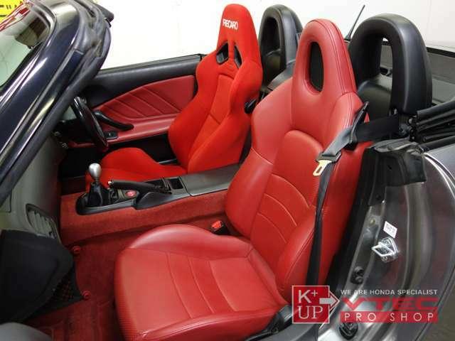 助手席は純正オリジナル赤革シートを装着。良好なコンディションを保っております。