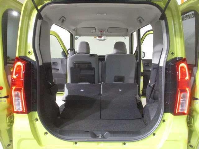 とにかく荷物を積みたい時は、リヤシートのシートバックを両方前に倒せば、さらに広いラゲージルームに早変わりします。