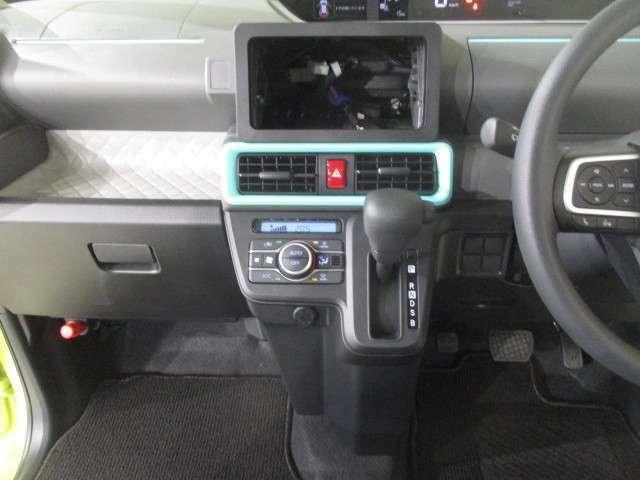 操作しやすいインパネセンターシフトを採用。オートエアコンも装備です。