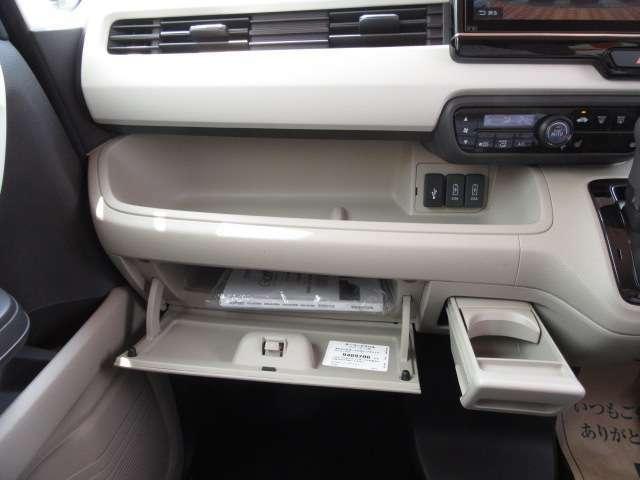 助手席にはグローブボックスの他に小物を収納できるスペースもございます♪