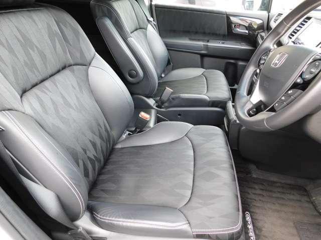 運転席シートの画像です。電動シートになっており、シートポジションも楽々です。