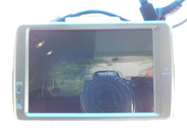 ドライブレコーダーの画像です。前と後ろの画像が録画でき、いざという時に役立ちます。