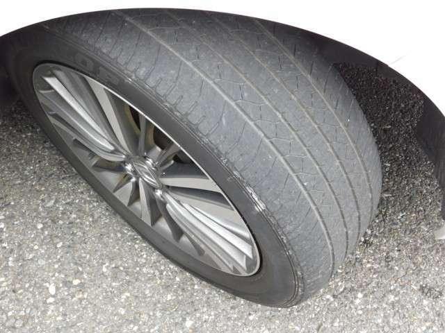 タイヤの画像です。アブソルート専用純正アルミホイールになっています。
