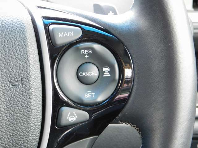 ハンドルの画像です。高速道路で快適な追従式クルコン付きです。