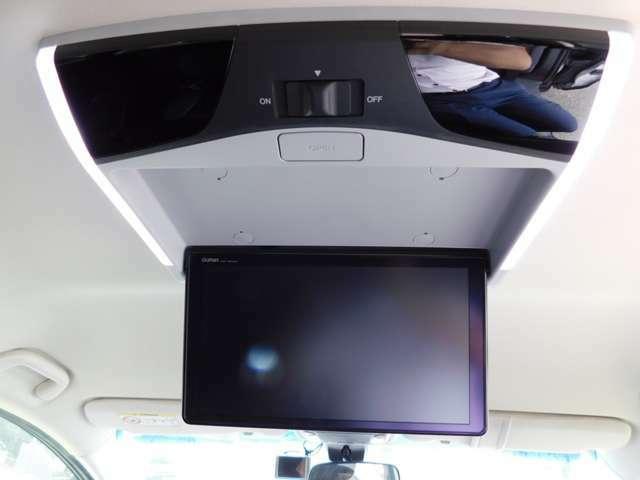 リヤ席モニターの画像です。走行中にDVDとTVが見れます。