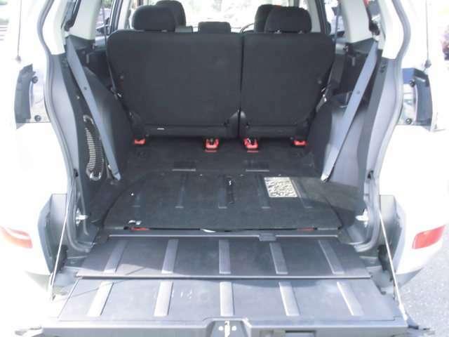 サードシートは床下に収納できます。