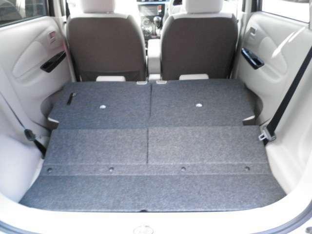 後部座席が倒れて広いラゲッジスペースになります♪大きな荷物の楽に積めますね!!