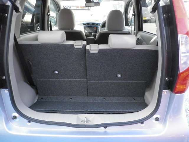 後席は簡単に倒せますので大きい荷物も載せられます。