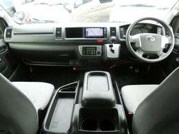 運転席エアバッグ/ABS/VSC(横滑り防止機能)/スマートキー×2/イモビライザー/電動格納式ドアミラー/社外ETC車載器/フロントオートエアコン/リヤクーラー/リヤヒーターが装備されています。