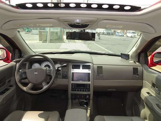 グレーレザーのインテリアです。状態も良く、クリーンな印象の車内です。HDDナビ・フルセグTV・バックカメラ・純正エンジンスターター・純正アルパインサウンドシステム  サンルーフ等装備も充実しています。