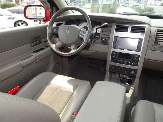 運転席側です。パワーシート&シートヒーターも付いています。実用的でありながらV8 HEMIも堪能できます。