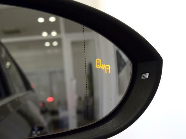 ブラインドスポットディテクション(後方死角検知機能)を搭載、リヤサイドの死角エリアに車両を検知すると。ドアミラー先端のインジケーターが点灯/点滅し、安全な車線変更をサポートします。