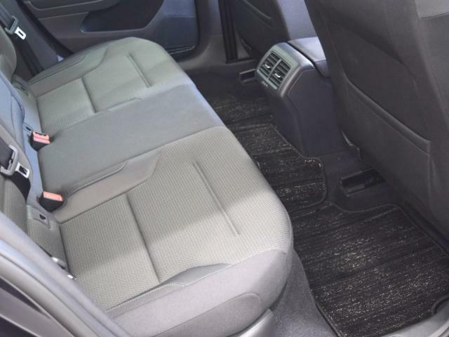 後席の足元スペースもしっかりと確保されています。 後部座席にはISOFIX基準適合チャイルドシート固定装置も装備されています。