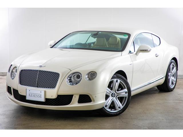 ベントレーコンチネンタルGTを入庫いたしました。当車両は非常に純正オプション200万円相当で非常に珍しいパールホワイトのお色味でございます。上品なホワイトに散りばめられたパールはよりオーラを引き立てます。