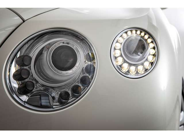 ヘッドライトシステムにはLEDとキセノンライトを組み合わせた物が装着されております。照度も高く安全性にも非常に優れております。