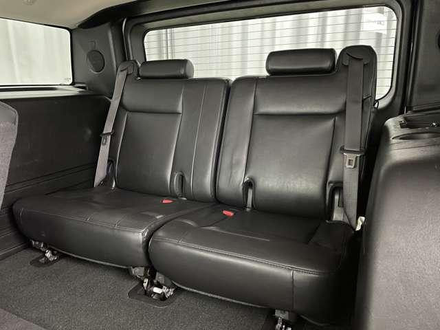 後期最終モデルのみのレアな装備、サードシートは2人がけとなります。