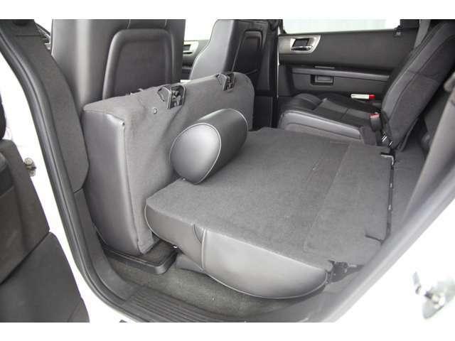 セカンドシートにもシートヒーターが備わります。座面を前方に跳ね上げて背もたれを倒せばフラットスペースを作る事もできます。