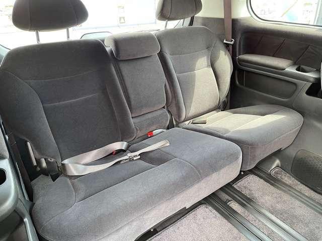 三列目シートですが実際にくつろいで座れる良いシートですよ!アームレストも秀逸です!