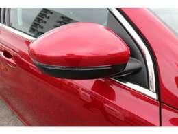 薄型のウインカーを内蔵したドアミラーです。安全かつスタイリッシュです。